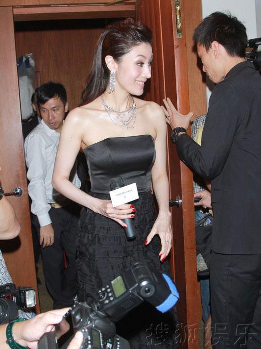 Ôn Bích Hà: U50 vẫn ăn mặc phóng khoáng - 8