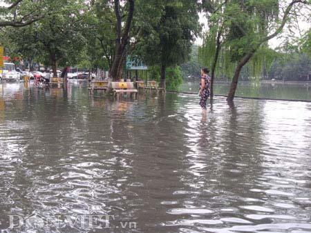 Đường ven hồ Gươm thành ao nước đen ngòm - 1