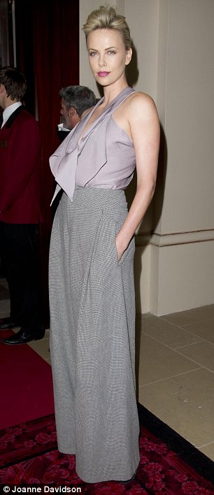 Mỹ nhân sexy tột cùng với áo yếm - 2