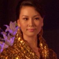 Mẫu Việt lộng lẫy với áo dài dân tộc