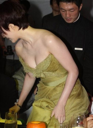Sao XẤU - ĐẸP khi diện váy áo khoe ngực - 19