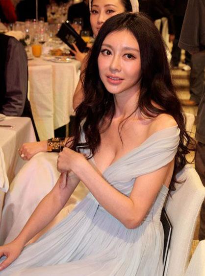 Sao XẤU - ĐẸP khi diện váy áo khoe ngực - 13