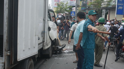 Xe tải đâm xe máy chở 4, hai người chết thảm - 1