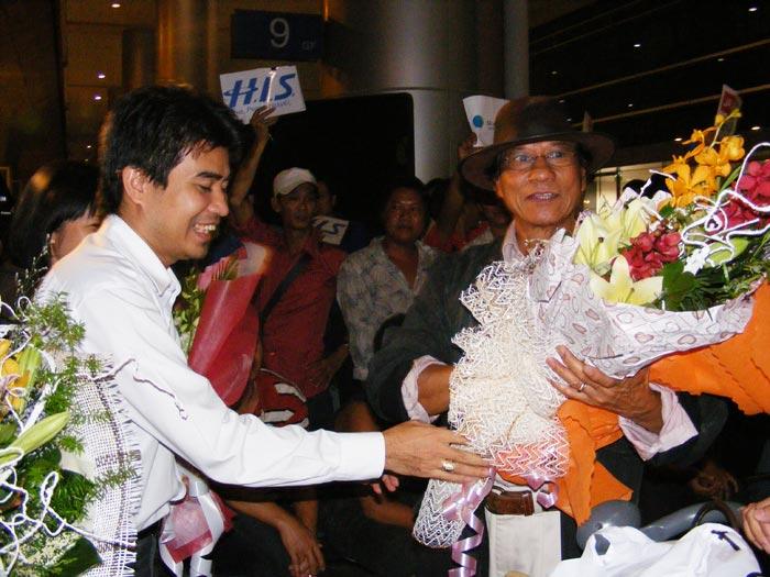 Chế Linh đưa vợ thứ tư về Việt Nam - 1