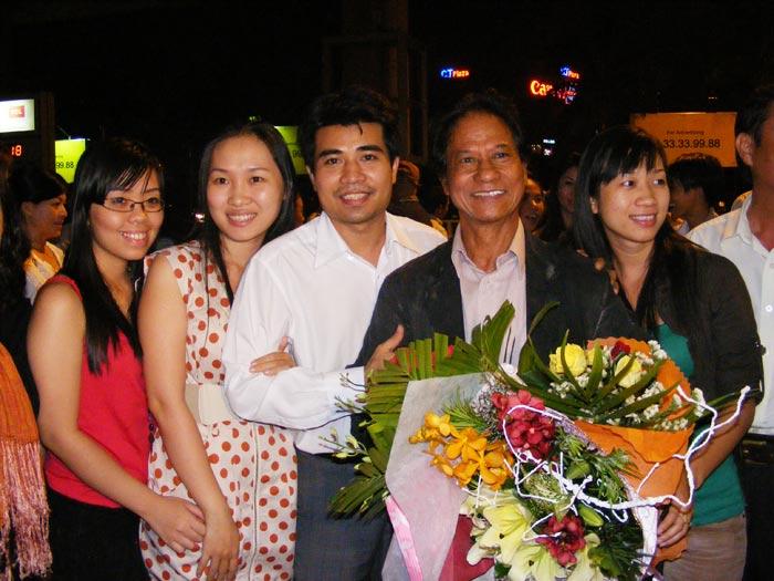 Chế Linh đưa vợ thứ tư về Việt Nam - 4