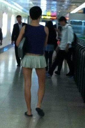 Chàng trai mặc váy ngắn ra phố - 2