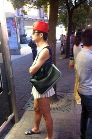 Chàng trai mặc váy ngắn ra phố - 7