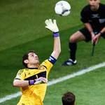 Bóng đá - Casillas bay lượn trong khung gỗ