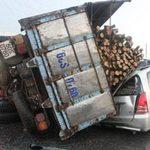 Tin tức trong ngày - Bị xe tải đè, 2 người thoát chết ngoạn mục