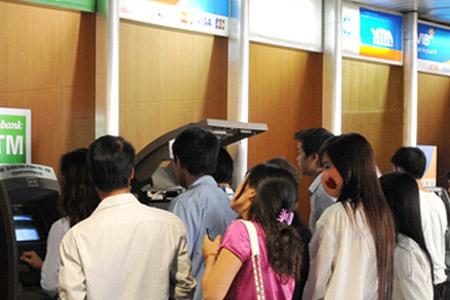 Vẫn thu phí ATM nội mạng, tăng phí ngoại mạng - 1
