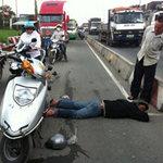 Người đi đường bỏ mặc nạn nhân TNGT