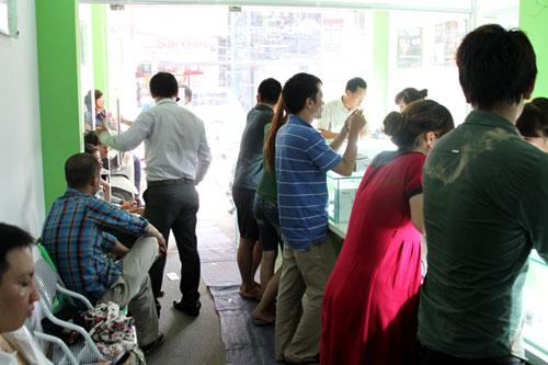 Chen lấn mua HKPhone 4S-3G trong ngày đầu tiên - 1