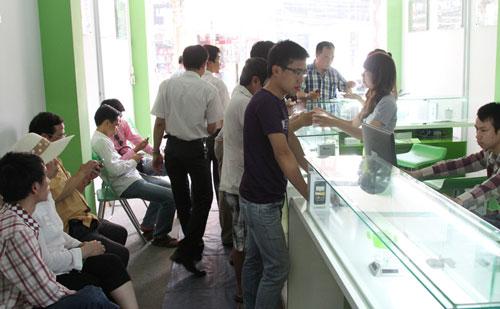 Chen lấn mua HKPhone 4S-3G trong ngày đầu tiên - 2
