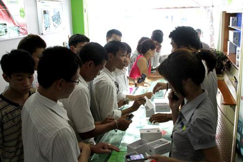 Chen lấn mua HKPhone 4S-3G trong ngày đầu tiên - 4