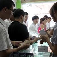 Chen lấn mua HKPhone 4S-3G trong ngày đầu tiên