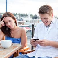Sử dụng điện thoại đúng cách khi đang hẹn hò