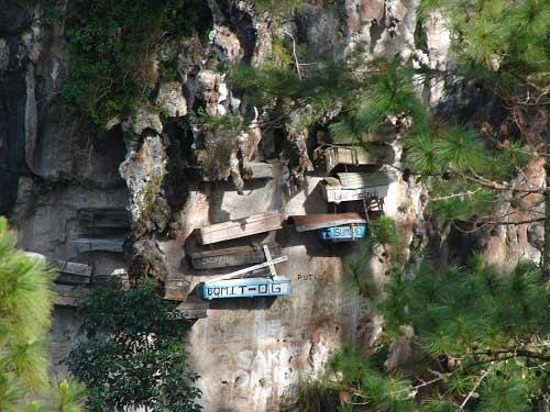 Độc đáo tục treo quan tài trên vách đá ở Philippines - 1