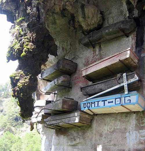 Độc đáo tục treo quan tài trên vách đá ở Philippines - 2