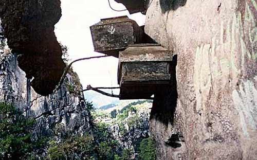 Độc đáo tục treo quan tài trên vách đá ở Philippines - 6