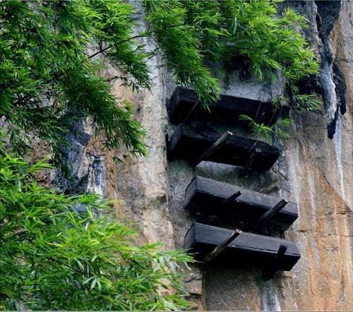 Độc đáo tục treo quan tài trên vách đá ở Philippines - 7