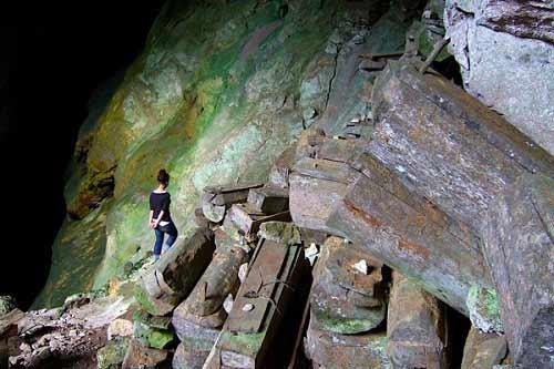 Độc đáo tục treo quan tài trên vách đá ở Philippines - 12