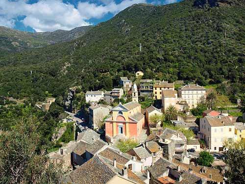 Thăm ngôi làng cổ cheo leo trên núi đá - 1