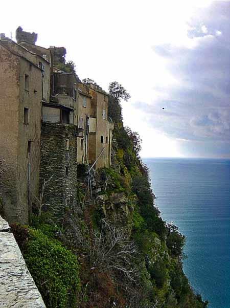 Thăm ngôi làng cổ cheo leo trên núi đá - 3