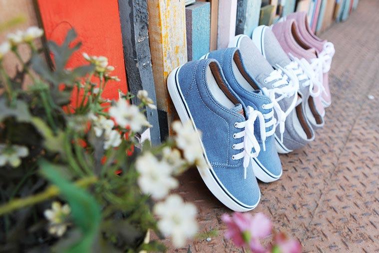 Cách phối giày vải với quần áo đi làm - 1
