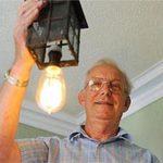 Phi thường - kỳ quặc - Chiếc bóng đèn 100 năm vẫn dùng tốt
