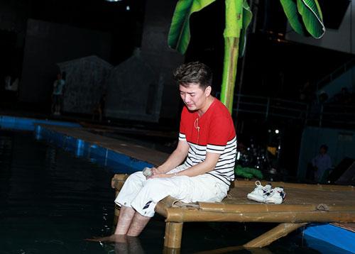 Mr. Đàm vừa khóc vừa bơi xuồng, lội sông - 12