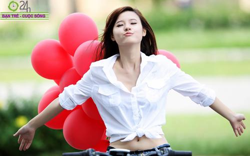 Hot girl Midu xinh tươi trên phố Sài Gòn - 1