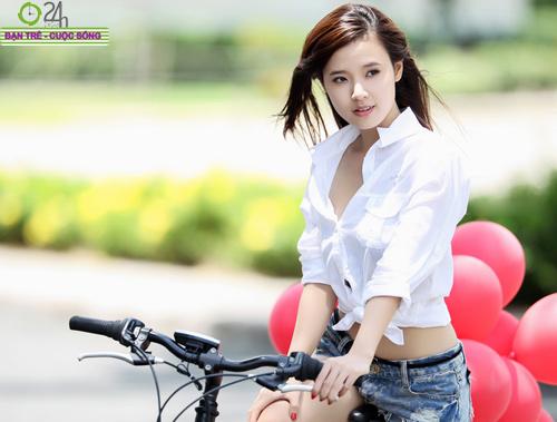 Hot girl Midu xinh tươi trên phố Sài Gòn - 4
