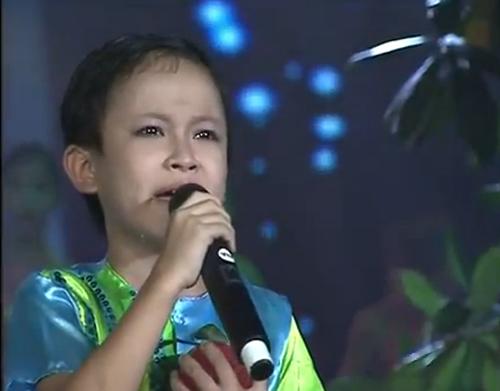 Bật khóc vì cậu bé 9 tuổi hát ru - 2