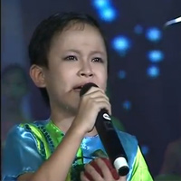 Bật khóc vì cậu bé 9 tuổi hát ru