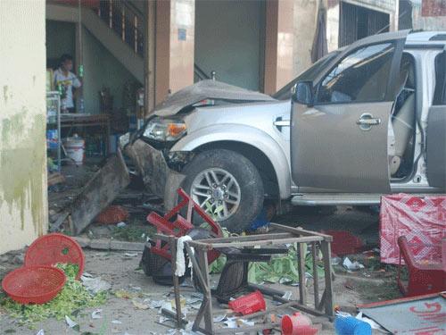 Xe tông quán mì, 7 người chết tại chỗ - 1