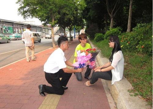 Hai chàng trai quỳ gối tỏ tình với một cô gái - 1