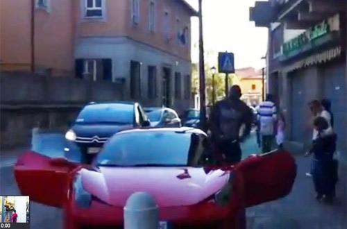 """Balotelli """"cưỡi"""" Ferrari 458 Italia chơi phố - 1"""