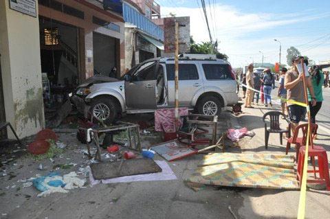 Hiện trường vụ xe cán chết 7 người ở quán ăn - 1