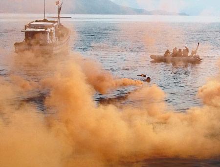 Cứu tàu cháy và người rơi xuống biển - 2