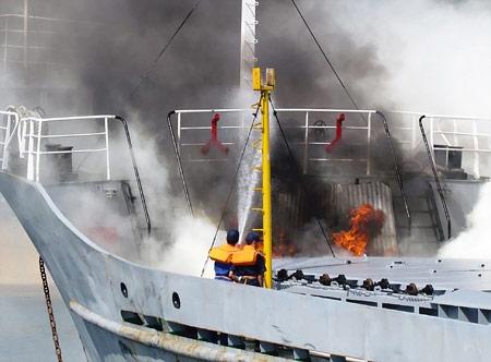 Cứu tàu cháy và người rơi xuống biển - 3