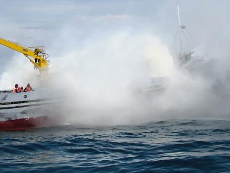 Cứu tàu cháy và người rơi xuống biển - 4