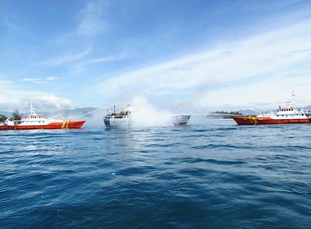 Cứu tàu cháy và người rơi xuống biển - 5