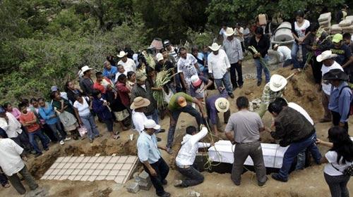 Mexico: Xe buýt lao xuống núi, 26 người chết - 1