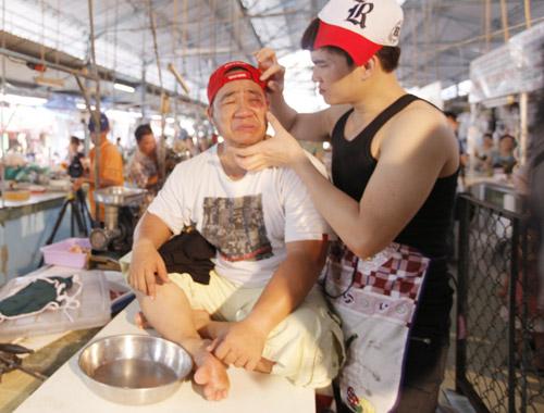 Hiếu Hiền, Lâm Chấn Huy bán… thịt trong MV - 10