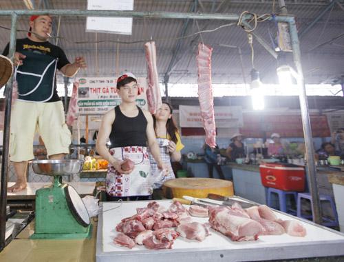 Hiếu Hiền, Lâm Chấn Huy bán… thịt trong MV - 13
