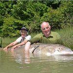 """Phi thường - kỳ quặc - Tay không bắt """"siêu cá"""" nặng 500kg"""