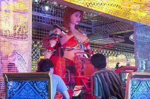 """Quán ăn hút khách bằng """"vũ nữ robot"""" - 2"""