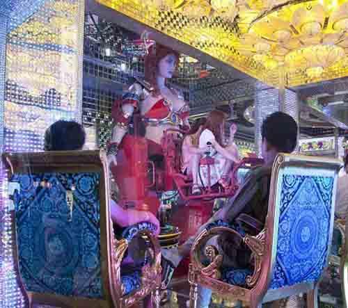 """Quán ăn hút khách bằng """"vũ nữ robot"""" - 6"""