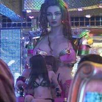 """Quán ăn hút khách bằng """"vũ nữ robot"""""""