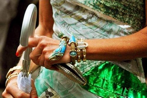 Платье в единственном экземпляре.  Корсет расшит бисером.  К платью так же был сшит маленький свадебный клачь.